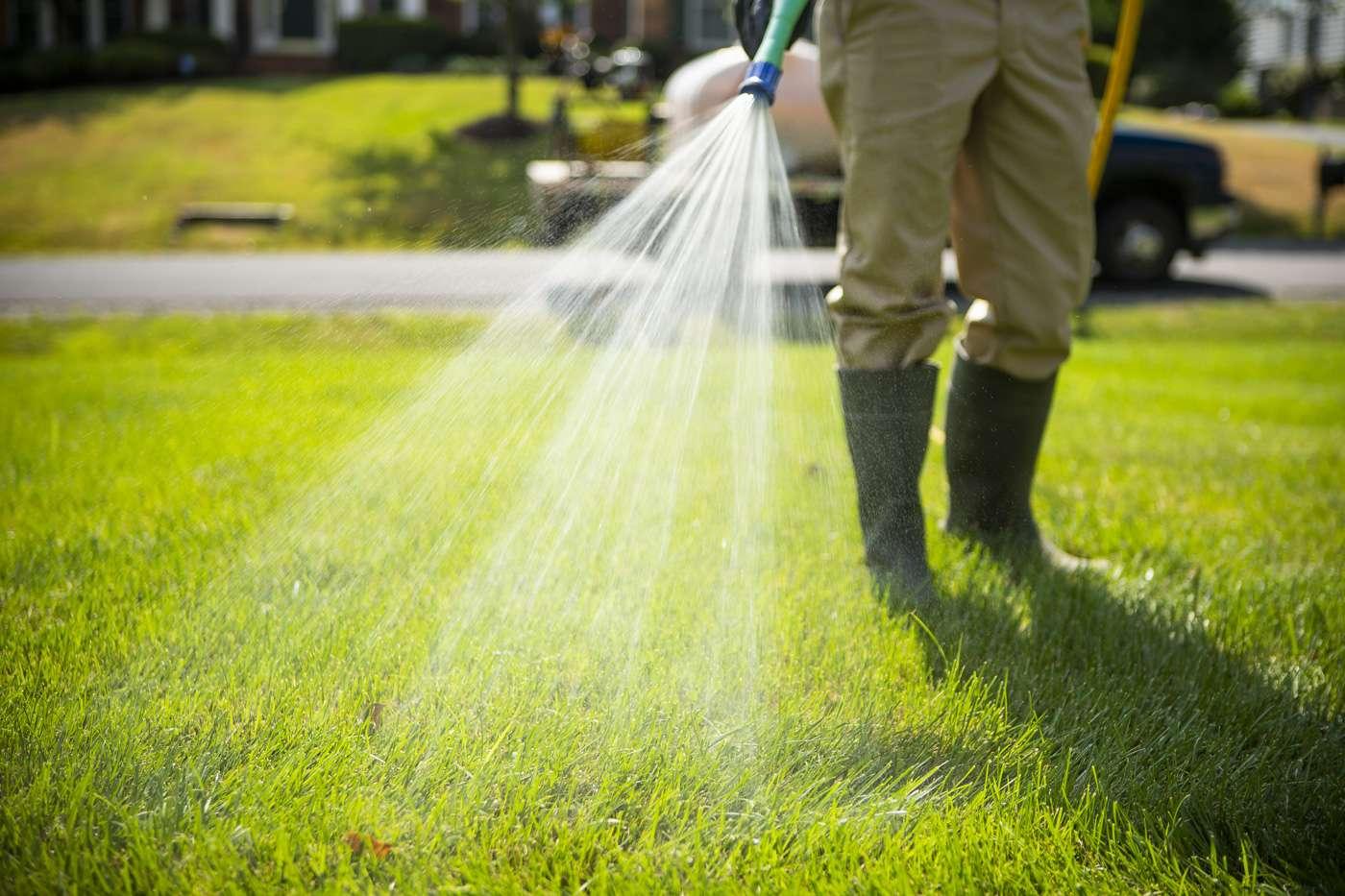 technician-lawn-spraying-15