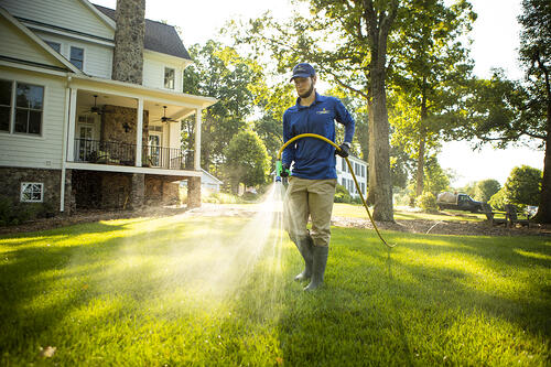 technician-lawn-spraying-9