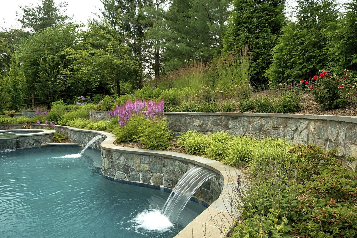 Pool design with retaining wall